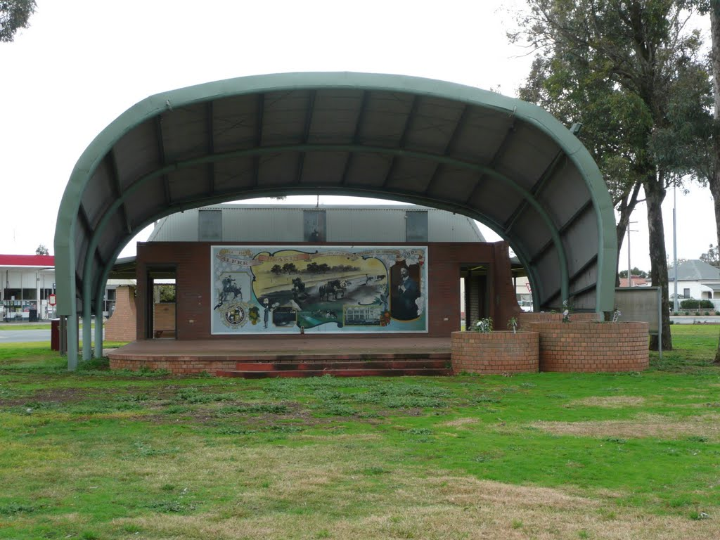 Tongala Toilet Block, Stage and Mural