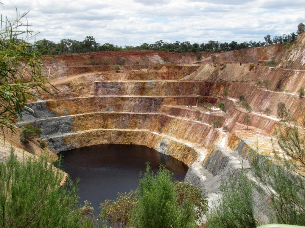 Colours of the Open cut gold mine at Peak Hill