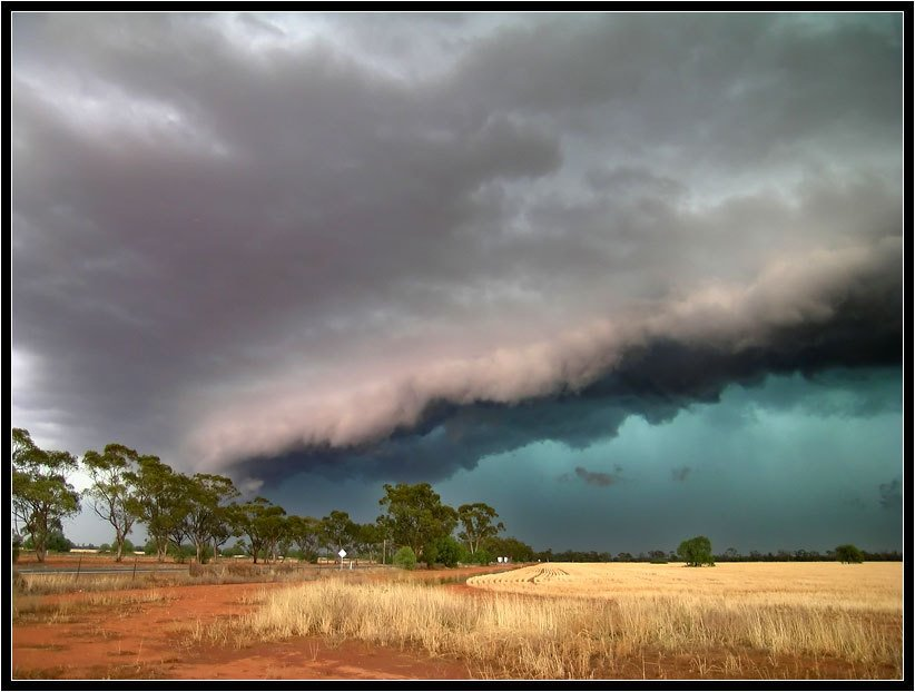A severe storm approaches Nyngan, NSW  www.ozthunder.com