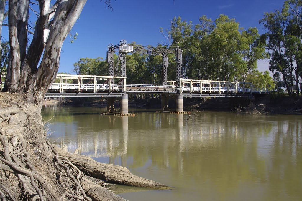 Centre lift bridge over the Murray River at Barham